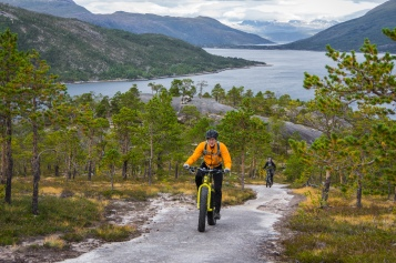 Fat bikes climb, Sven on the Icecreamtruck. Photo: Johan Lindhberg